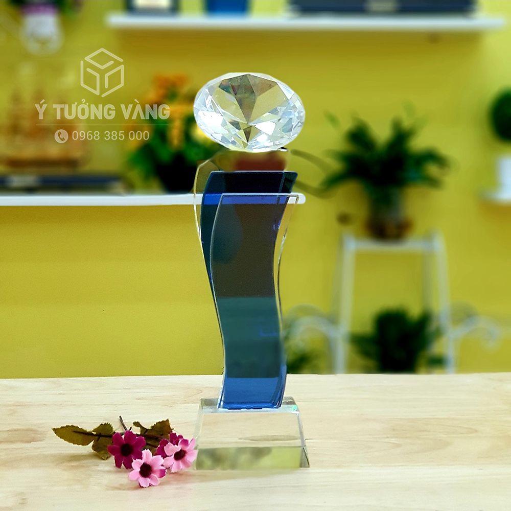 Cúp pha lê kim cương độc đáo với pha lê 2 màu xanh ngọc và trắng trong